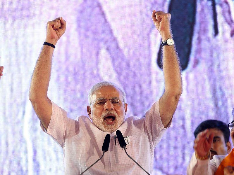 India_sa_snazi_vyriesit_svoju_krizu_elektronickymi_peniazmi_2016