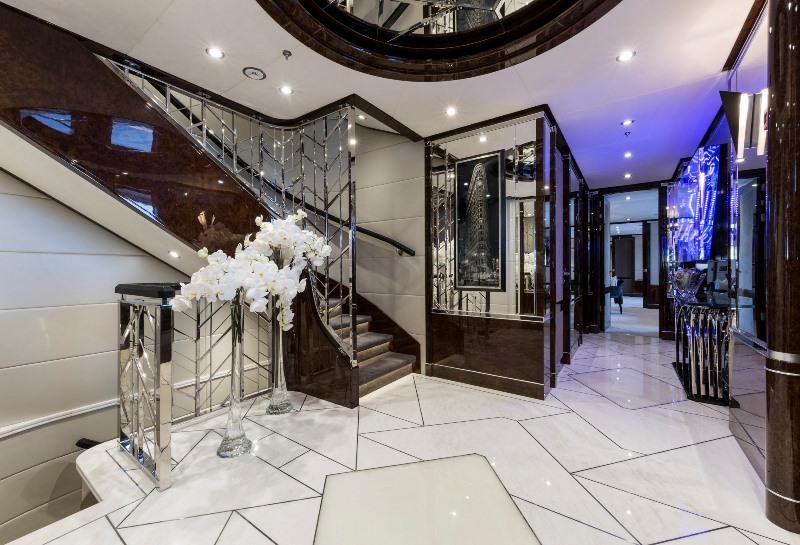 Štýl interiérov art deco poskytuje všetok komfort najluxusnejších obytných domov, ako aj bielu taliansku mramorovú podlahu
