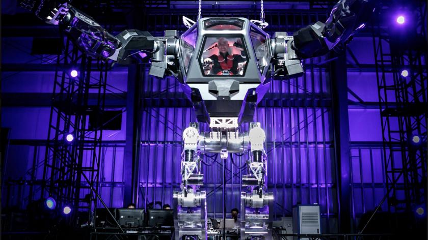 Jeff_Bezos_testoval_obri_roboticky_oblek_Amazon