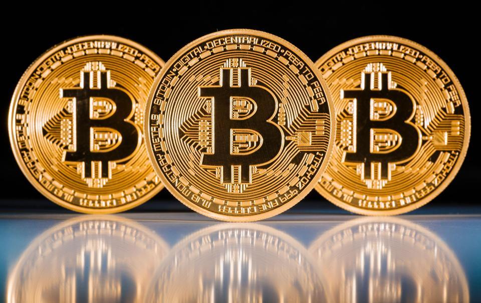 Graf_Zisk_virtualnej_meny_Bitcoin_a_akciovych_bublin_2017