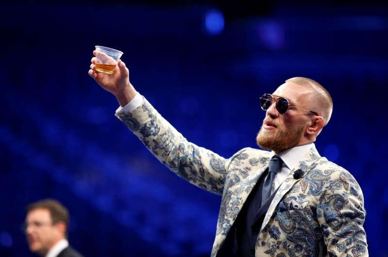 McGregor_po_prehre_s_Mayweatherom_utapal_svoje_trapenie_vo_whisky