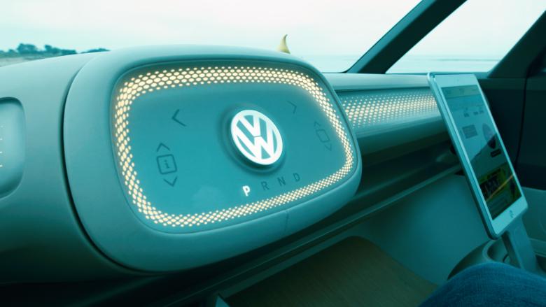 """Keď je vozidlo pripravené na režim """"autonómnej jazdy"""", volant sa upraví."""