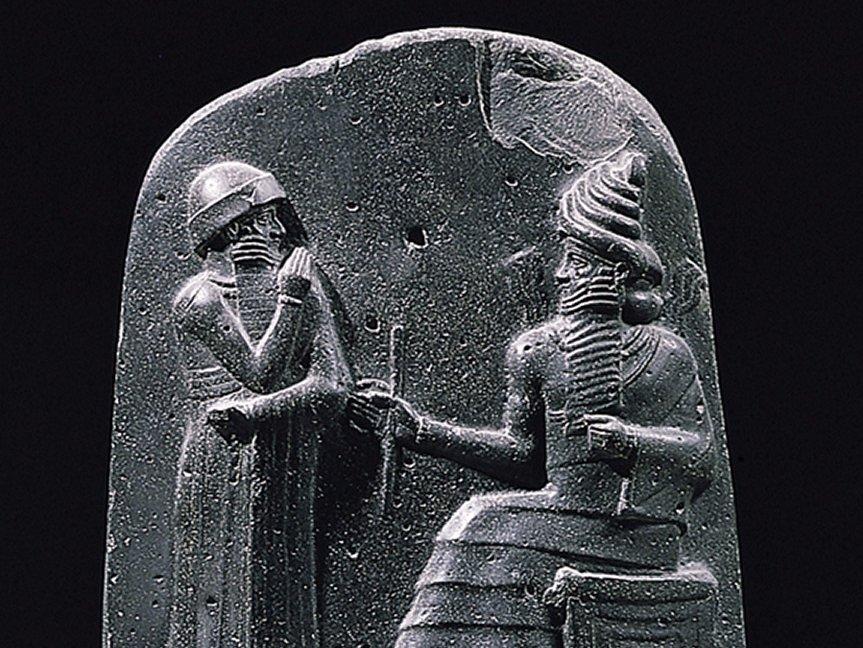 Hammurabi (vpravo) veril, že vyvinul koncept poistenia.