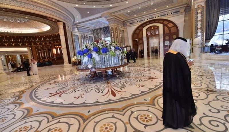 Reportérka Lyse Doucetová a kameraman Philip Goodwin mohli vstúpiť do hotela Ritz-Carlton v Rijáde jedine v sprievode policajtov.