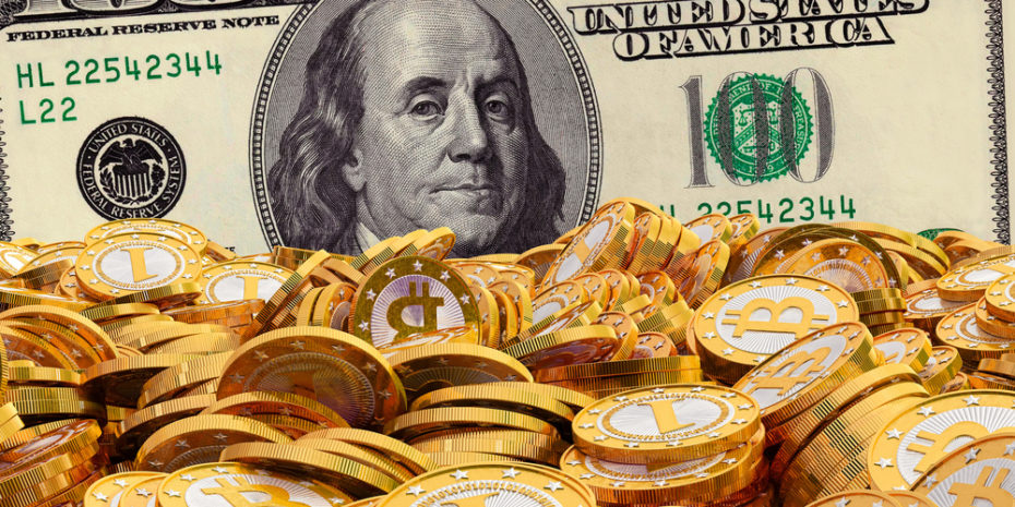 Fyzické mince kryptomeny Bitcoin a bankovky amerických dolárov.