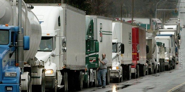 Nákladné vozidlá čakajú na prekročenie hranice