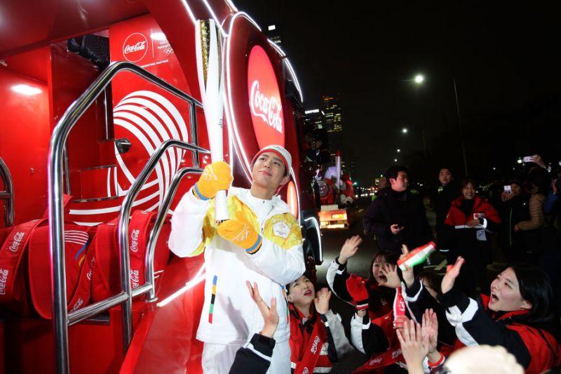 Juhokorejský herec Park Bo Gum drží Olympijskú pochodeň v Januári 2018, pred zimnými Olympijskými hrami v Pchjongčchangu v Južnej Kórei.