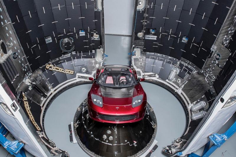 SpaceX_dostala_povolenie_na_start_rakety_s_elektromobilom_na_palube_2018