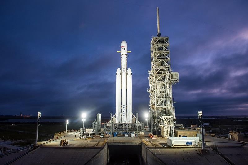 Prvá raketa Falcon Heavy od spoločnosti SpaceX na štartovacej rampe 39A v Kennedyho vesmírnom centre, 28. decembra roku 2017.