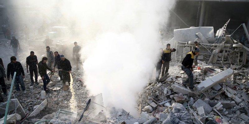 Ľudia medzi troskami budovy po leteckom útoku vo Východnej Ghúte. Sýria, január roku 2018.