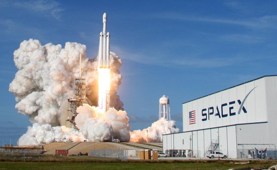 SpaceX_Elona_Muska_prave_dostala _ovolenie_na_vyslanie_4425_satelitov