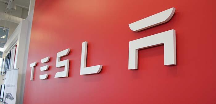 Automobilka_Tesla_celi_existencnej_krize_2018