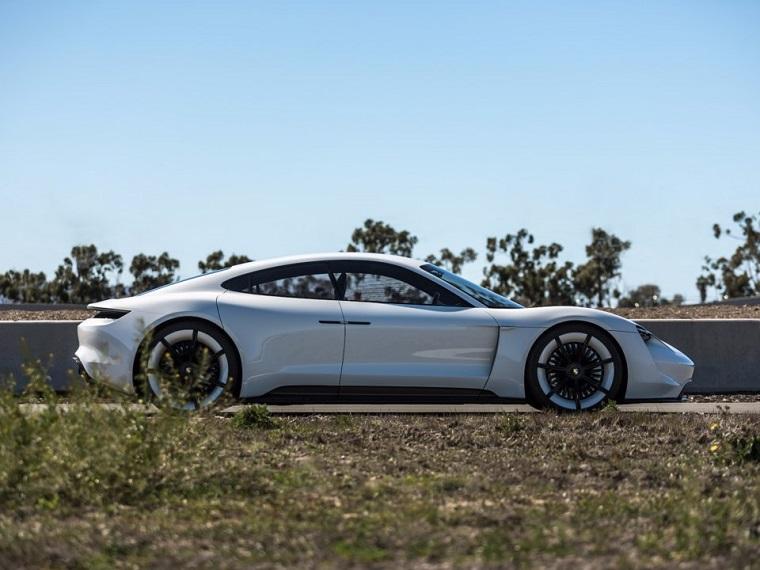 Porsche_do_konca_roka_2019_planuje_nainstalovat_500_rychlo_nabijaciek