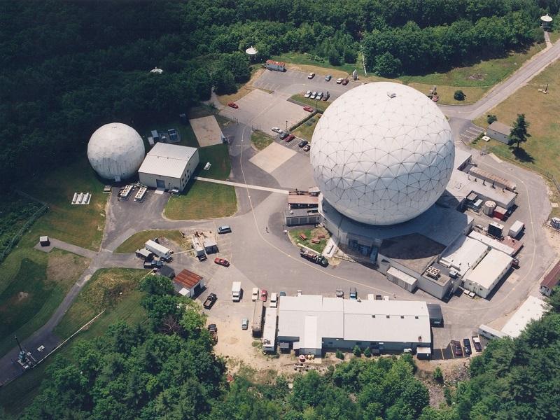 Radary Haystack a HAX sa nachádzajú v meste Tyngsboro, v štáte Massachusetts. Tieto radary za rok zhromažďujú 600 hodín údajov o vesmírnom odpade a sú primárnym zdrojom údajov pre NASA. Zdroj: NASA