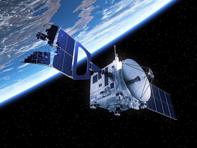 Ilustrácia satelitu zničeného vesmírnym odpadom.