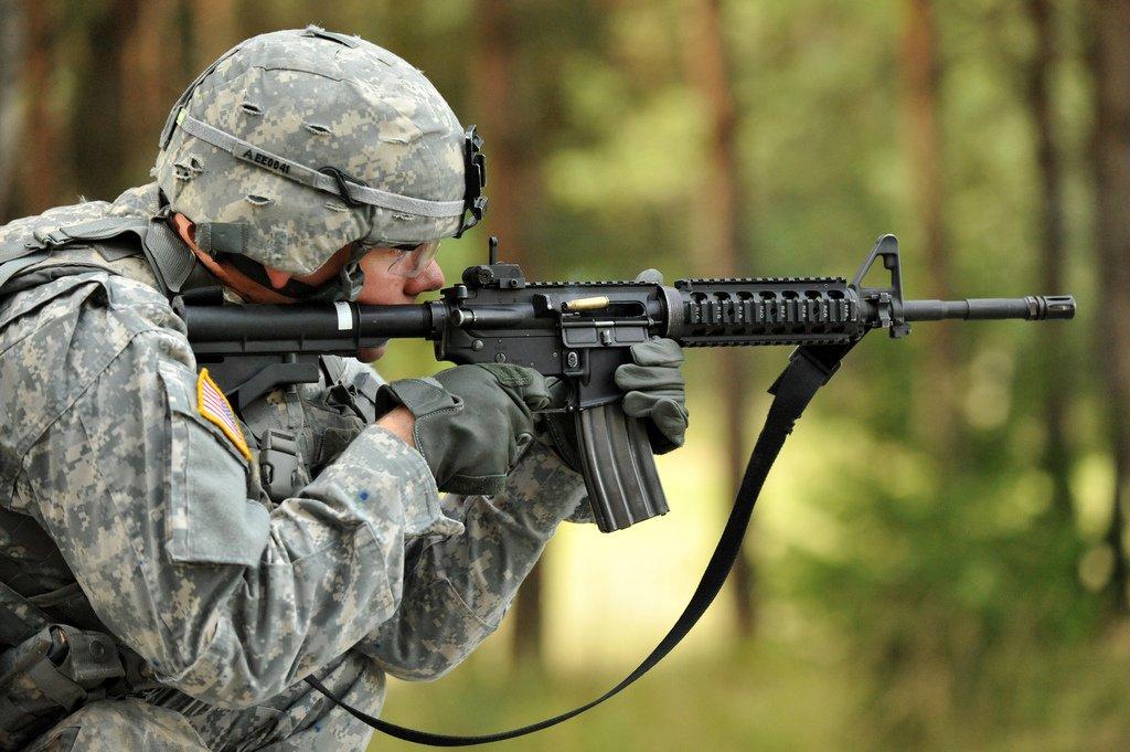 Združené nadnárodné výcvikové velenie - Spc. Etan Esposito,, páli puškou karabínu M4, počas cvičenia americkej armády v Grafenwoehre v Nemecku. Zdroj: US Army/Markus Rauchenberger