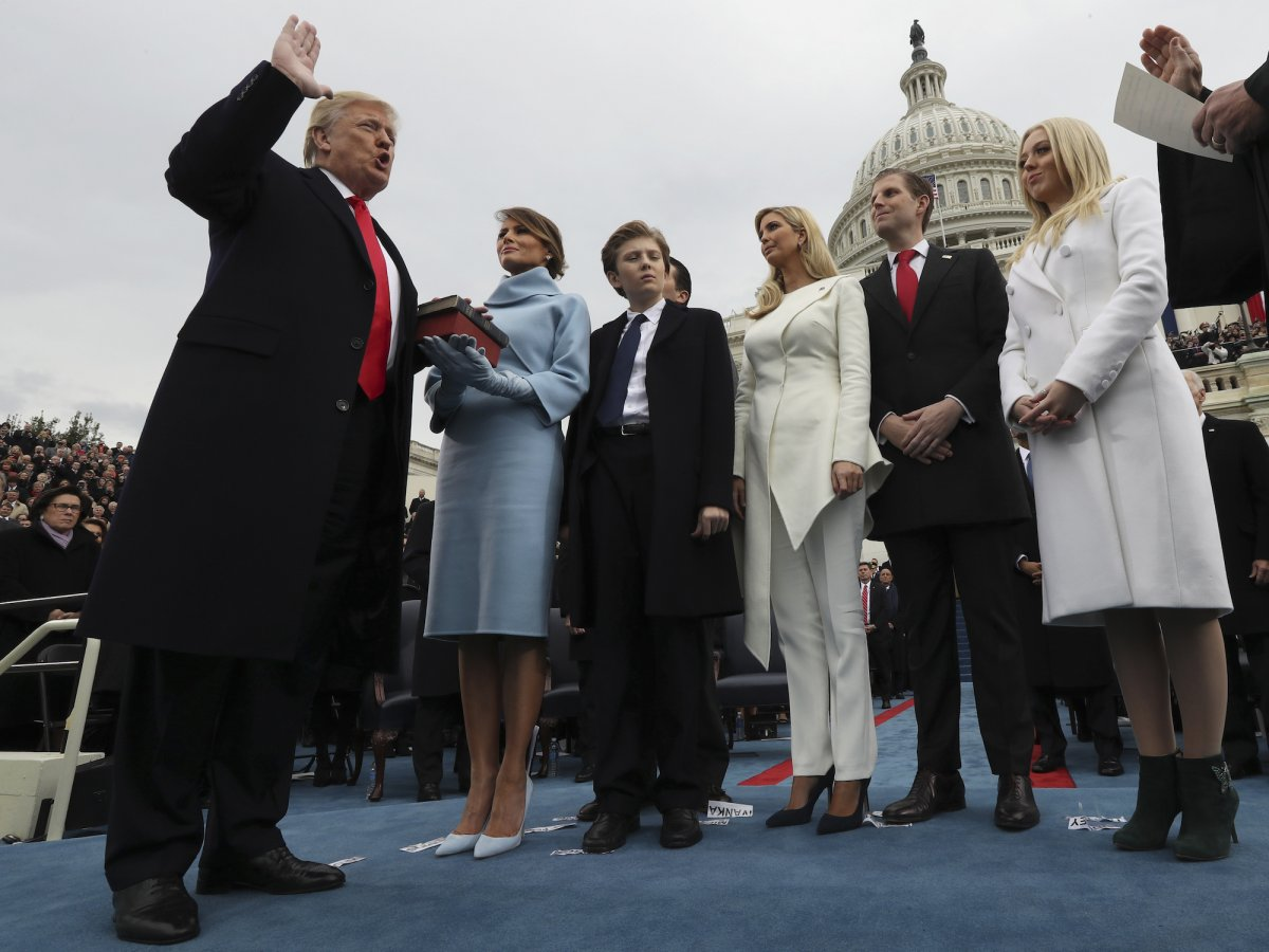 Piatok 27. januára 2017 na Capitol Hill vo Washingtone, prezident Donald Trump zložil prísahu predsedu Najvyššieho súdu Johna Robertsa. Na obrázku jeho manželka Melania držiaca bibliu so svojimi deťmi Barron, Eric a Tiffany. Zdroj: Pool/Jim Bourg via Associated Press