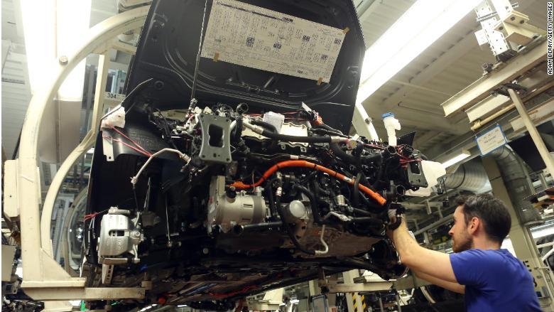 Pracovník montuje model Golf 7 v továrni Volkswagen, vo nemeckom Wolfsburgu.