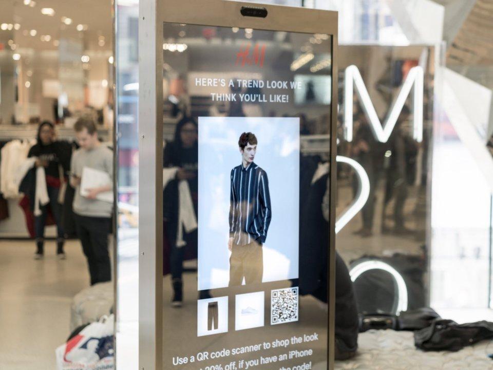 H&M_skusa_inteligentne_zrkadlo_ktore_vas_kompletne_oblecie