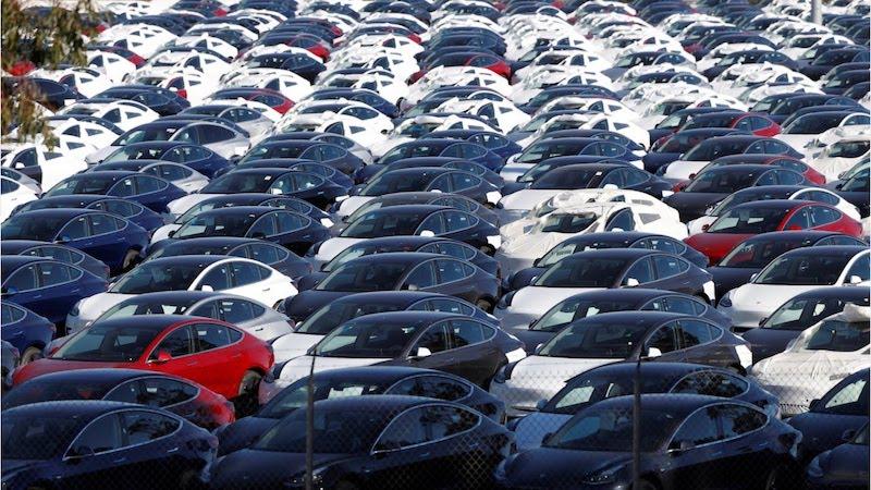 Tisice_vozidiel_Tesla_Model_3_na_obrovskych_parkoviskach_v_Kalifornii