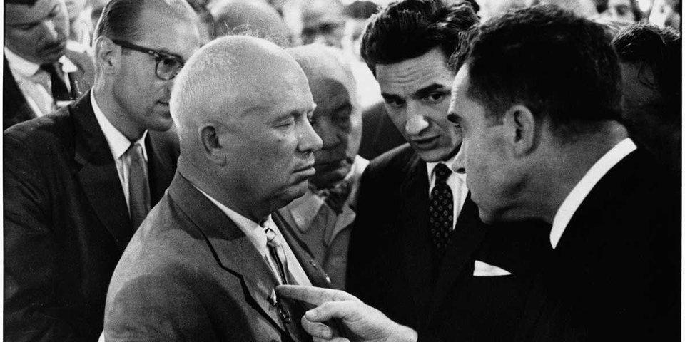 Vtedajší viceprezident Richard Nixon, vpravo, so sovietskym lídrom Nikitom Khrushchevom.