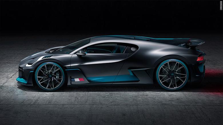 Bugatti divo zo strany.