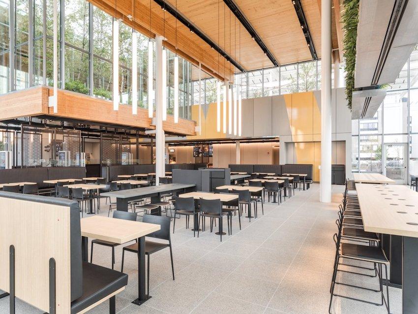 McDonalds_prave_otvoril_novu_restauraciu_ktora_vyzera_ako_Apple_Store_3