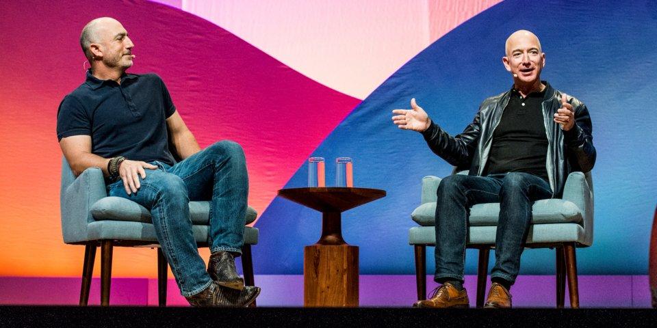 Jeff Bezos, vpravo, so svojím bratom Markom Bezosom.