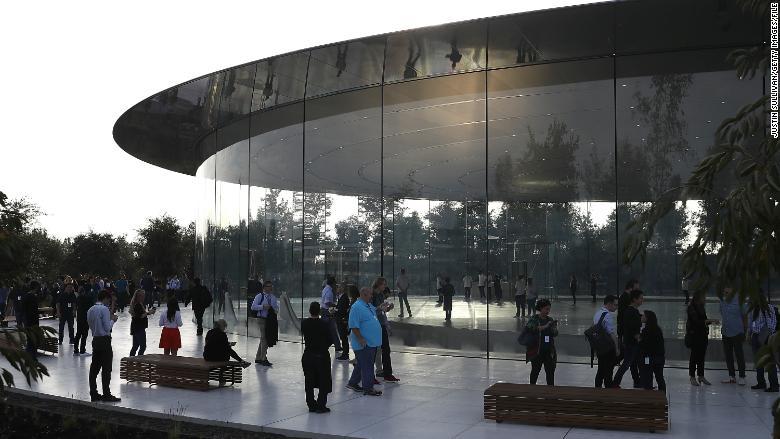 Pohľad z vonku do areálu Apple Park v meste Cupertino, štáte Kalifornia.