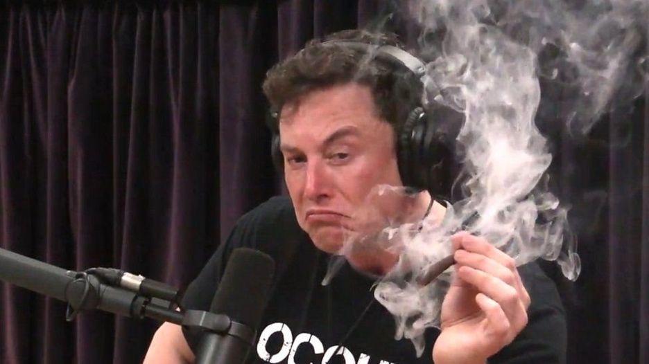 Tesla_klesla_o_6%_ako_manazeri_rezignuju_a_Elon_Musk_fajci_marihuanu