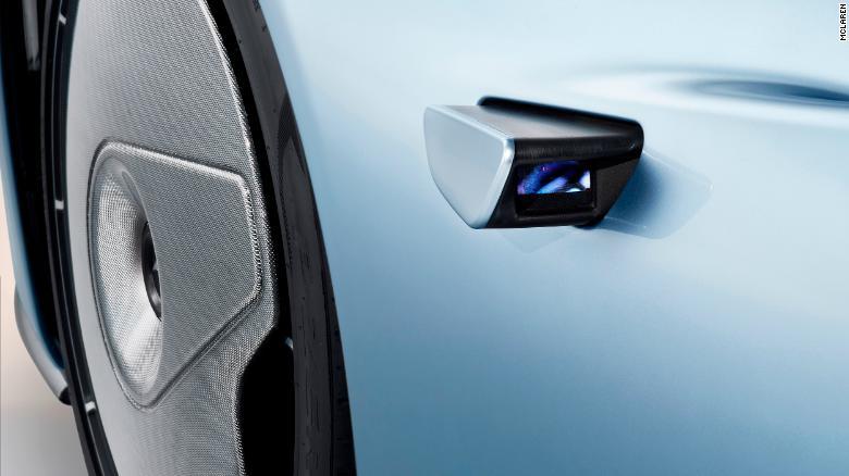 Malé videokamery nahrádzajú bočné zrkadlá. Predné kolesá sú pokryté stacionárnymi štítmi.