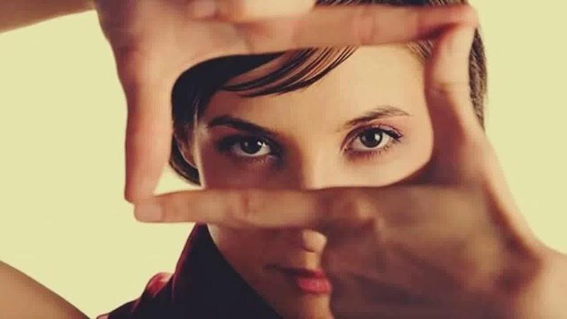 Očný kontakt je spájaný s vnímaním inteligencie.