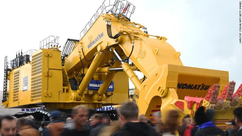 Stroj Komatsu na stavebnom veľtrhu v Mníchove v roku 2016. Tento výrobca uviedol, že tarify by mohli stáť jeho podnikanie okolo 35 miliónov dolárov.