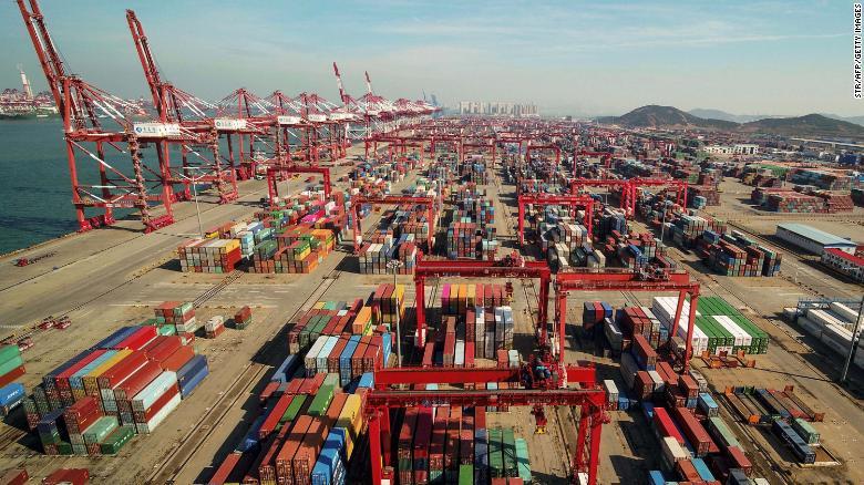 Prístav v Qingdao, provincii Šan-tung, Čína. Americké tarify boli uložené na vývoz v hodnote viac ako 250 miliárd dolárov, čo prinútilo niektoré spoločnosti presunúť výrobu z krajiny.