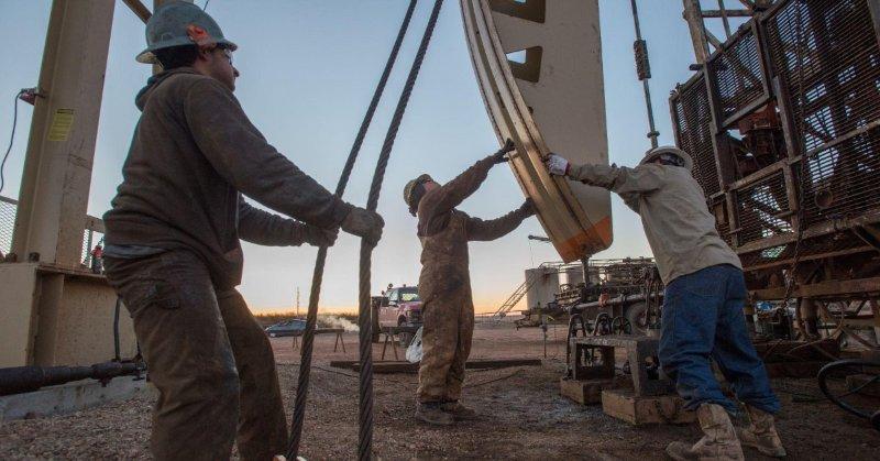 EIA_USA_posilni_veduce_postavenie_ako_top_producent_ropy