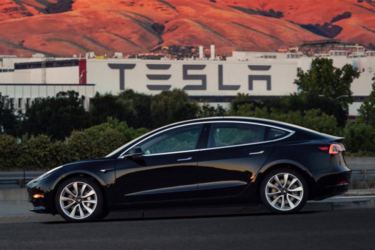 Model Tesla Model 3 je najpredávanejším luxusným vozidlom v Amerike napriek mnohým výzvam, ktorým Tesla čelí.