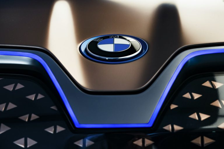 Zisky_automobilky_BMW_klesli_o_78%_