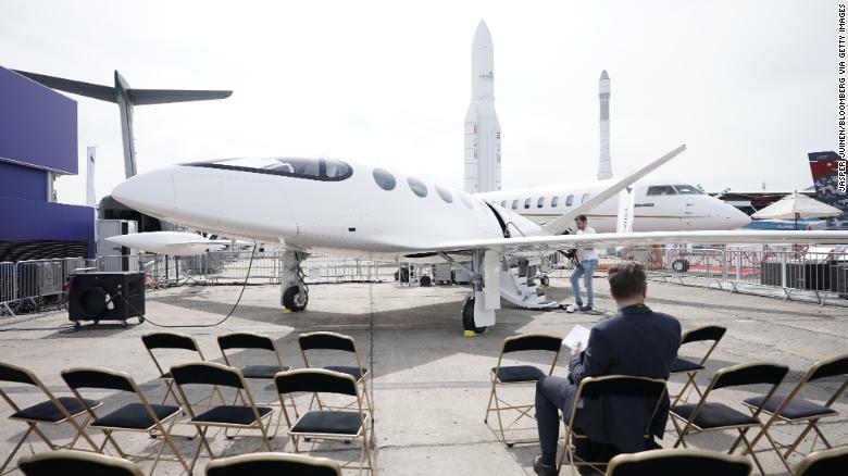 OBR Návštevník Parížskej leteckej prehliadky sa pozerá na elektrické lietadlo Alice vyrobené spoločnosťou Eviation Aircraft.