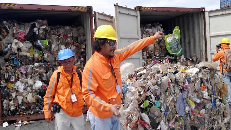 November 2014: Pracovníci colného úradu v Manile vrámci inšpekcie kontajnerov obsahujúcich tony odpadu vyslaného z Kanady.