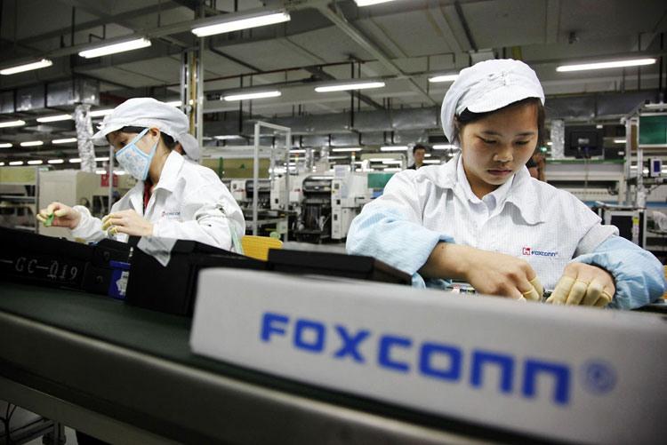 Miliardar_a_zakladatel_Foxconnu_nalieha_na_Apple_aby_presula_tovarne_z_ciny