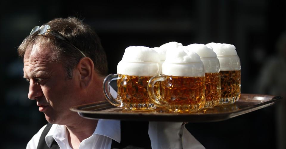 A waiter serves beer in a garden restaurant in Vienna March 20, 2012. REUTERS/Herwig Prammer (AUSTRIA - Tags: FOOD) - LR2E83K1JYS2R
