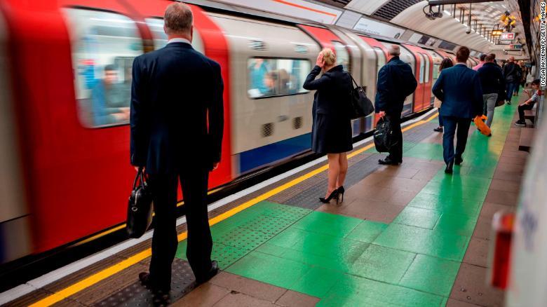 Londyn_zacal_sledovat_cestujucich_v_metre