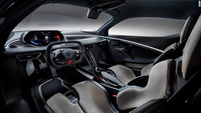 Volant Evija je založený na tých, ktoré sa používajú v pretekárskych automobiloch.