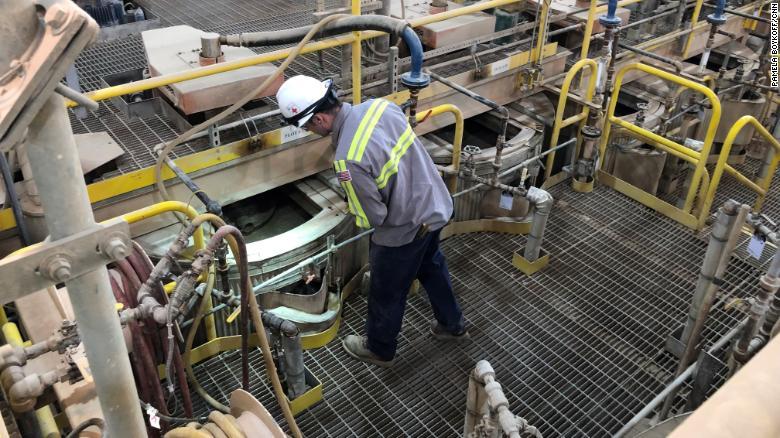 Pracovník kontroluje operácie v spracovateľskom zariadení, vrámci bane vzácnych zemín - Mountain Pass, v Kalifornii.