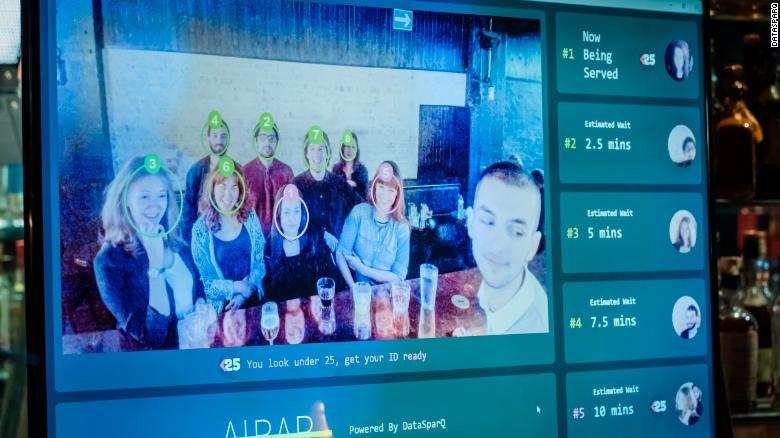 AI bar pomôže barmanom vyriešiť, kto bude najbližšie na rade.