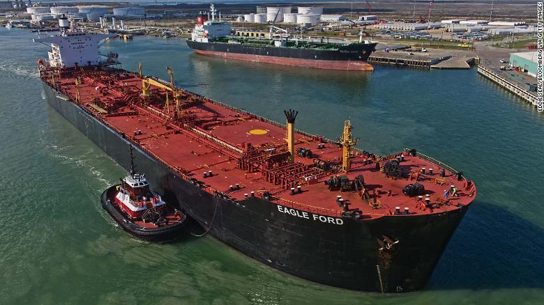 Ropný tanker Eagle Ford štaruje z doku v Corpus Christi, v štáte Texas.