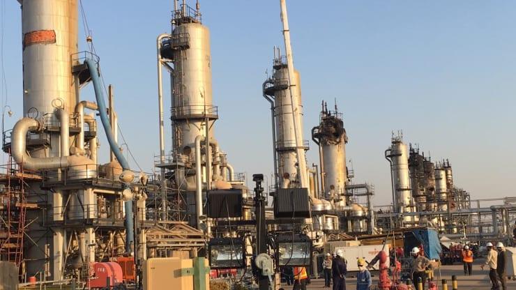 Poškodené zariadenie v továrni na spracovanie ropy v Saudskej Arábii, z 20. septembra 2019.