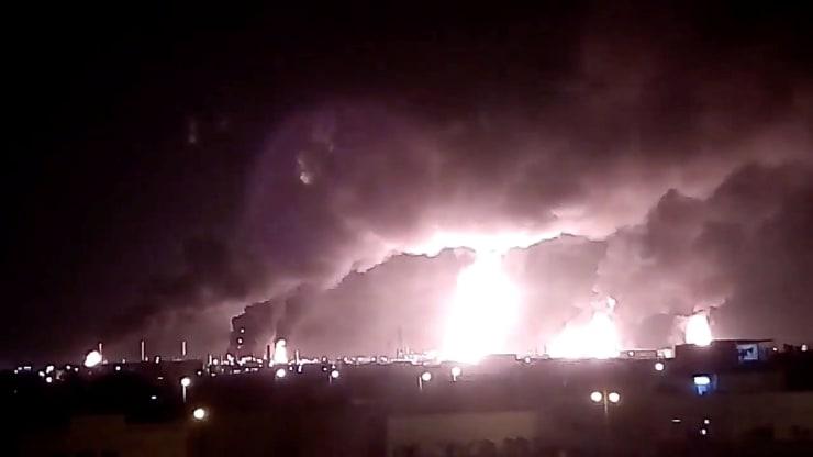 Závod na spracovanie ropy po útoku, spoločnosti Saudi Aramco, v Saudskej Arábii - 14. septembra 2019.