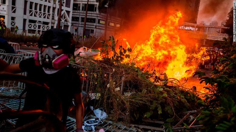 Najbohatsi_muz_Hongkongu_poskytuje_miliony_podnikom_ktore_zasiahli_protesty