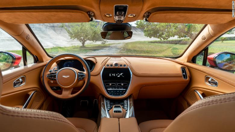 Rovnako ako u iných automobilov Aston Martin je interiér DBX z veľkej časti pokrytý drahou kožou.